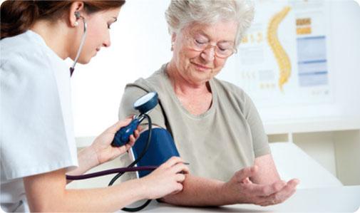 oss_Operatore_Socio_Sanitario_controllo_pressione_assistenza_anziani